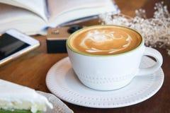 La tasse de café et le gâteau savoureux détendent le livre et le téléphone portable de temps sur merci Photos libres de droits