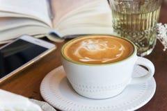 La tasse de café et le gâteau savoureux détendent le livre et le téléphone portable de temps sur merci Images libres de droits