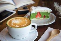 La tasse de café et le gâteau savoureux détendent le livre et le téléphone portable de temps sur merci Image libre de droits