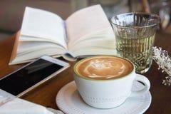 La tasse de café et le gâteau savoureux détendent le livre et le téléphone portable de temps sur merci Photographie stock