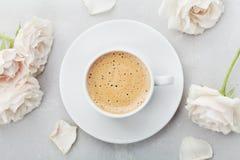 La tasse de café et les fleurs roses de vintage pour bonjour sur la vue supérieure en pierre grise de table dans l'appartement ét Photos libres de droits