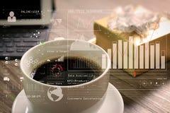 La tasse de café et la table de Digital accouplent le clavier intelligent, le boîte-cadeau a d'or Photo stock