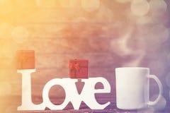 La tasse de café, le cadeau et le mot aiment Images stock