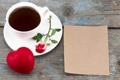 La tasse de café, le coeur et la rose de rouge avec le vintage couvrent avec la station thermale vide Photo libre de droits