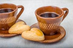La tasse de café, les biscuits faits maison forment le coeur Image stock