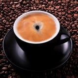 La tasse de café noir a rôti le plan rapproché de place de fond de haricots Photo libre de droits