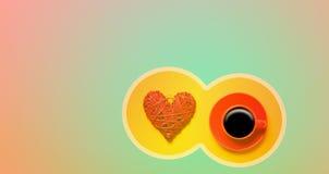 La tasse de café rouge et le coeur forment dans le cicrle Images stock