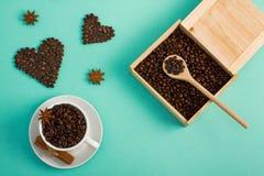 La tasse de café sème la cuillère de boîte en bois de coeurs d'anis de cannelle Images stock