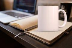 La tasse de café vide blanche à ajouter conçoivent/citations en fonction du client Image libre de droits