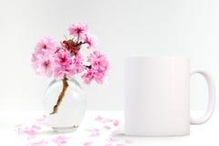 La tasse de café vide blanche prête pour le votre conçoivent/citations en fonction du client images libres de droits