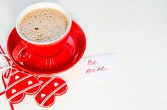 La tasse de cappuccino avec le coeur en bois et les notes soient les miennes Image libre de droits