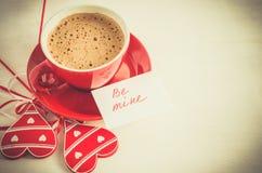 La tasse de cappuccino avec le coeur en bois et les notes soient les miennes Images libres de droits