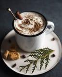 La tasse de coffe foncé d'hiver de chocolat chaud de cacao traient le matin d'arbre de Noël de cappuchino de latte image libre de droits