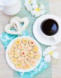 La tasse de concept de petit déjeuner de café romantique avec le glaçage de sucre a décoré les biscuits en forme de coeur Images libres de droits