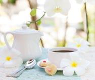 La tasse de concept de petit déjeuner de café romantique avec le glaçage de sucre a décoré les biscuits en forme de coeur Photos stock