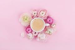 La tasse de matin de café et les belles fleurs sur le fond rose de ci-dessus dans l'appartement étendent le style Photo libre de droits