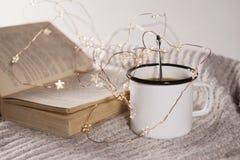 La tasse de thé avec la cuillère sur le fond blanc Photos stock