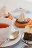 La tasse de thé avec la cuillère à café et le biscuit durcit Image stock