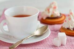 La tasse de thé avec la cuillère à café et le biscuit durcit Photos libres de droits