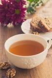 La tasse de thé avec le fruit et l'écrou durcissent Photos libres de droits
