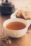 La tasse de thé avec le fruit et l'écrou durcissent Photos stock