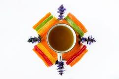 La tasse de thé avec les fruits glacés d'ananas et le champ bleu fleurit photos libres de droits