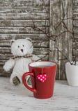 La tasse de thé avec un sachet à thé fait maison avec les coeurs de papier et le jouet concernent un fond en bois rustique clair Photographie stock
