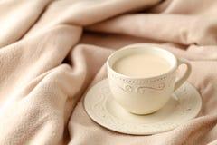 La tasse de thé chaud avec le citron s'est habillée dans l'écharpe chaude tricotée o d'hiver image stock