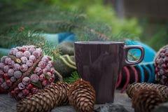 La tasse de thé chaud sur une table en bois rustique avec le décor des cônes, packthread, sapin s'embranche Préparation à Noël Photos libres de droits