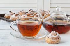 La tasse de thé et les petites roses de pomme ont formé des tartes Desser doux de pomme Image stock
