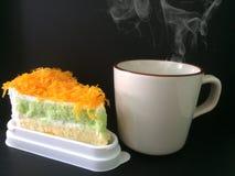 La tasse du fil de jaune d'oeuf de café et d'or durcit photographie stock