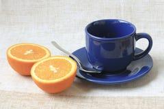 La tasse et l'orange Photographie stock