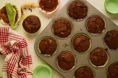 La tasse faite maison fraîchement cuite au four de chocolat durcit sur la table blanche Photographie stock