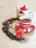 la tasse rayée avec le thé sur une soucoupe rapièce des cubes en sucre, semicirc Images stock