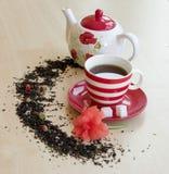 la tasse rayée avec le thé sur une soucoupe rapièce des cubes en sucre, semicirc Image libre de droits