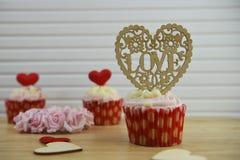 La tasse romantique de jour de valentines durcit dans la saveur de fraise et de crème avec la grande décoration de coeur d'amour  Image libre de droits