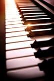 La tastiera di piano elettronica nella tonalità con lustro ha elevato la vista Fotografia Stock