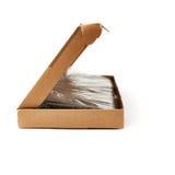 La tastiera ha imballato nella scatola di cartone isolata sopra fondo bianco Fotografia Stock