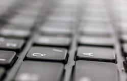 La tastiera nera del computer portatile del taccuino di QWERTY segna il primo piano, le lettere con lettere di A e di Q Fotografia Stock