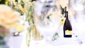 La tavola dell'eleganza ha installato il tema bianco, verde e giallo dei fiori, sel Immagine Stock