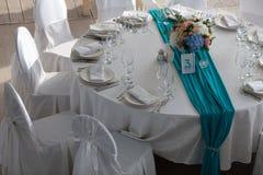 La tavola dell'eleganza ha installato per nozze nella vista superiore del turchese Fotografie Stock
