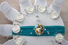 La tavola dell'eleganza ha installato per nozze nella vista superiore del turchese Fotografia Stock Libera da Diritti