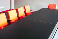 La tavola della sala del consiglio è messa per l'assemblea generale Immagini Stock