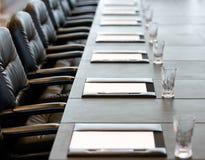 La tavola della sala del consiglio è messa per una riunione Immagini Stock