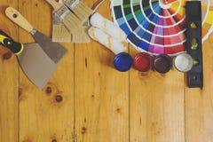 La tavola di lavoro del decoratore e del pittore con la casa proietta fotografia stock