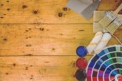 La tavola di lavoro del decoratore e del pittore con la casa proietta, colora lo swatc fotografia stock