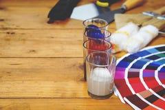 La tavola di lavoro del decoratore e del pittore con la casa proietta, colora lo swatc immagine stock