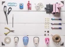 La tavola di legno con gli strumenti per scrapbooking Fotografie Stock