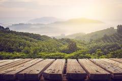 La tavola di legno e la vista della montagna con il sole si accendono Fotografia Stock Libera da Diritti
