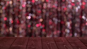 La tavola di legno sullo schermo dell'estratto di luccichio ha offuscato i cerchi rossi Fondo Bokeh stock footage